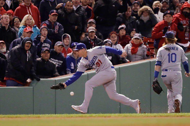 道奇左外野手彼德森(左)第一戰沒能接到這球,讓紅襪在第七局狂得3分。 美聯社