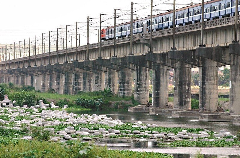 高鐵延伸到屏東(市),會促進屏東的繁榮還是蕭條?圖為台鐵火車越過高屏溪。 圖/聯...
