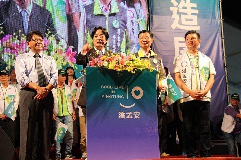 10月13日,行政院長賴清德(左二)在屏東指出,高鐵南延很快就會有好消息。 圖/...