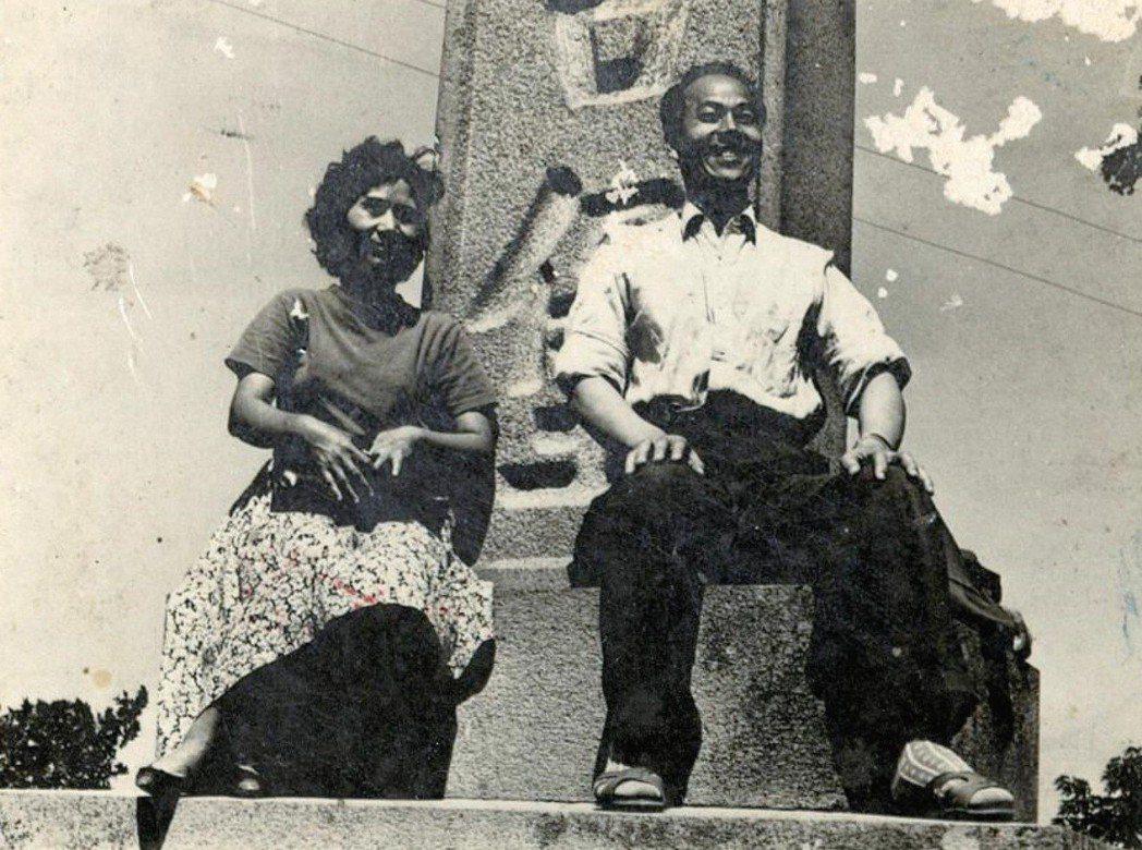 作曲家許石夫婦在安平古堡碑前留影,身後地標石碑原為紀念17世紀日荷貿易戰的「濱田...