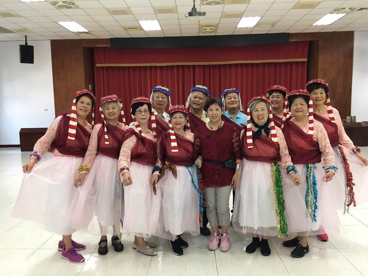 三芝區公所志工與同仁自組一支隊伍「舞出健康、舞出活力」,要在茭白筍節展現自信,舞...