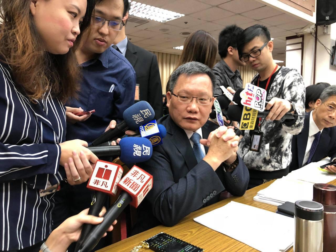 財政部長蘇建榮一早於立院表示,昨晚與常務次長阮清華通過電話,今日會密切股市走向。...