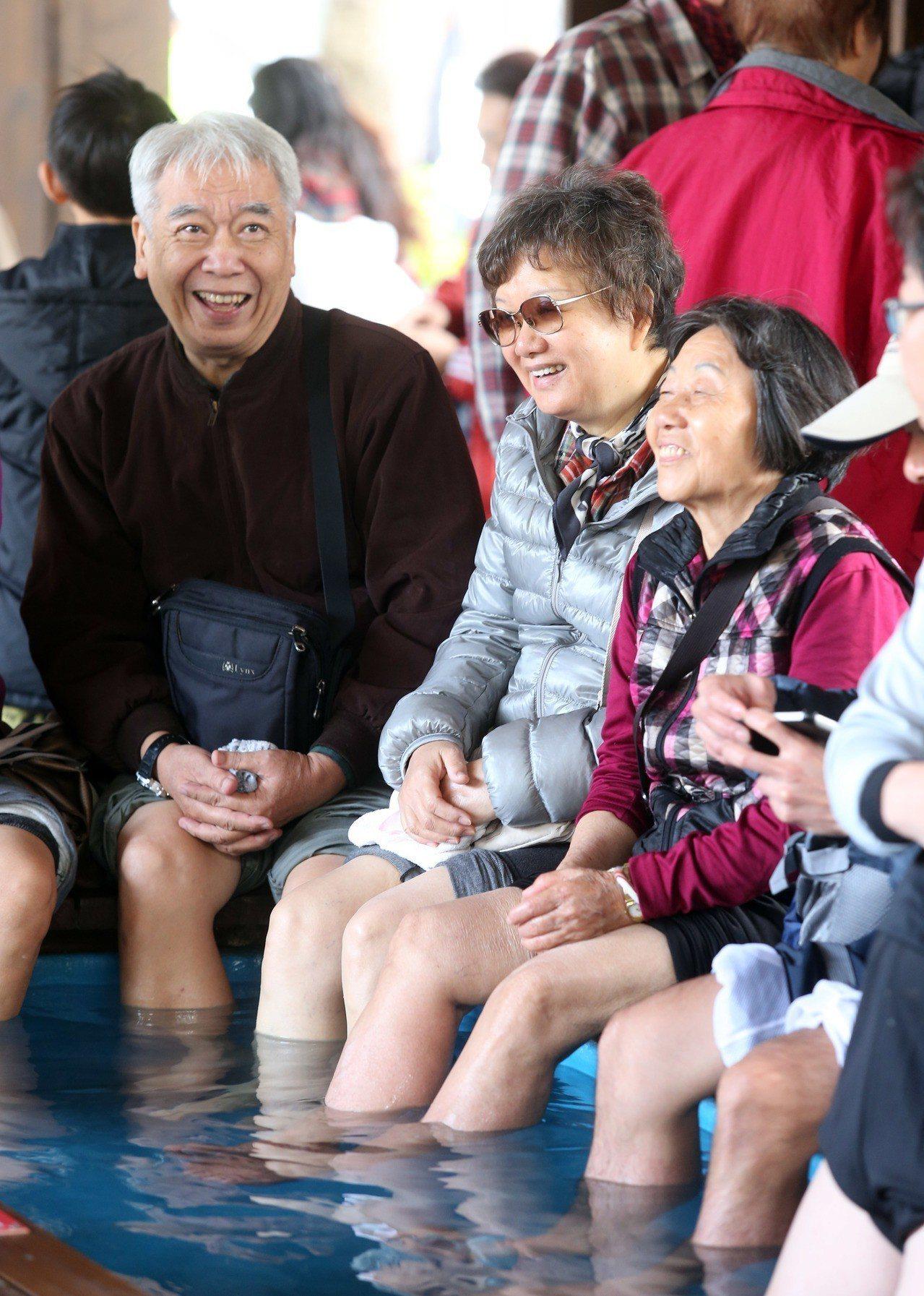 三五好友一起泡著暖呼呼的溫泉,享受假日時光,也是人生一大享受。圖/報系資料照