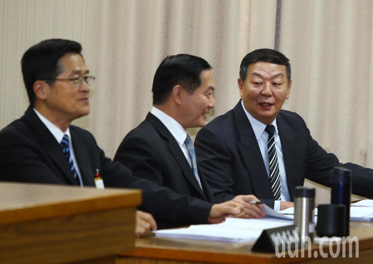 立法院外交及國防委員會上午邀請國防部長嚴德發(左),針對「潛艦國造執行進度概況」...