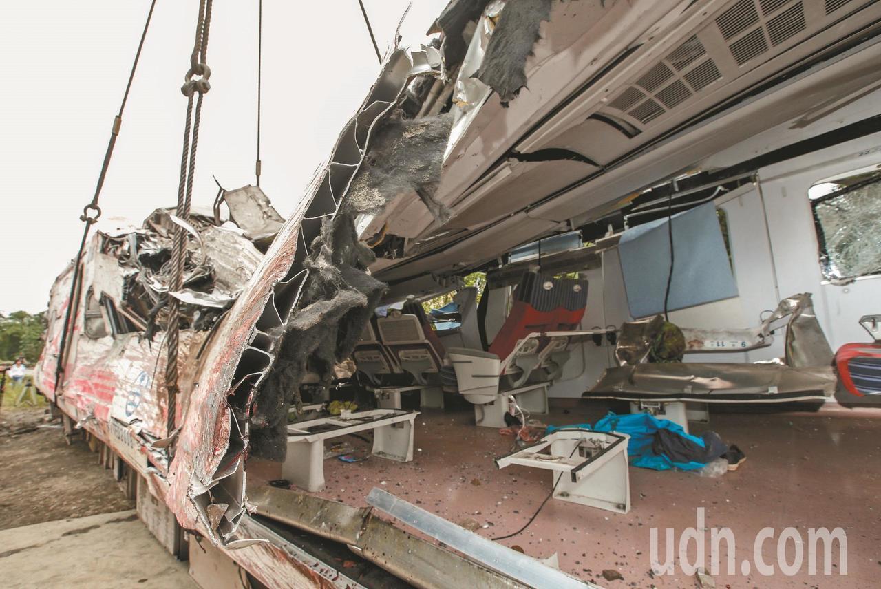 普悠瑪列車車廂內外受損嚴重。本報資料照片 記者鄭超文/攝影