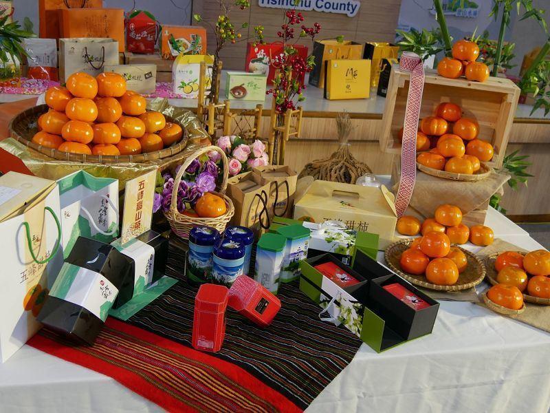 鄉長靳邦忠表示,今年甜柿大量盛產,兩週的促銷活動,除了甜柿還有馬告、斷木香菇、高...