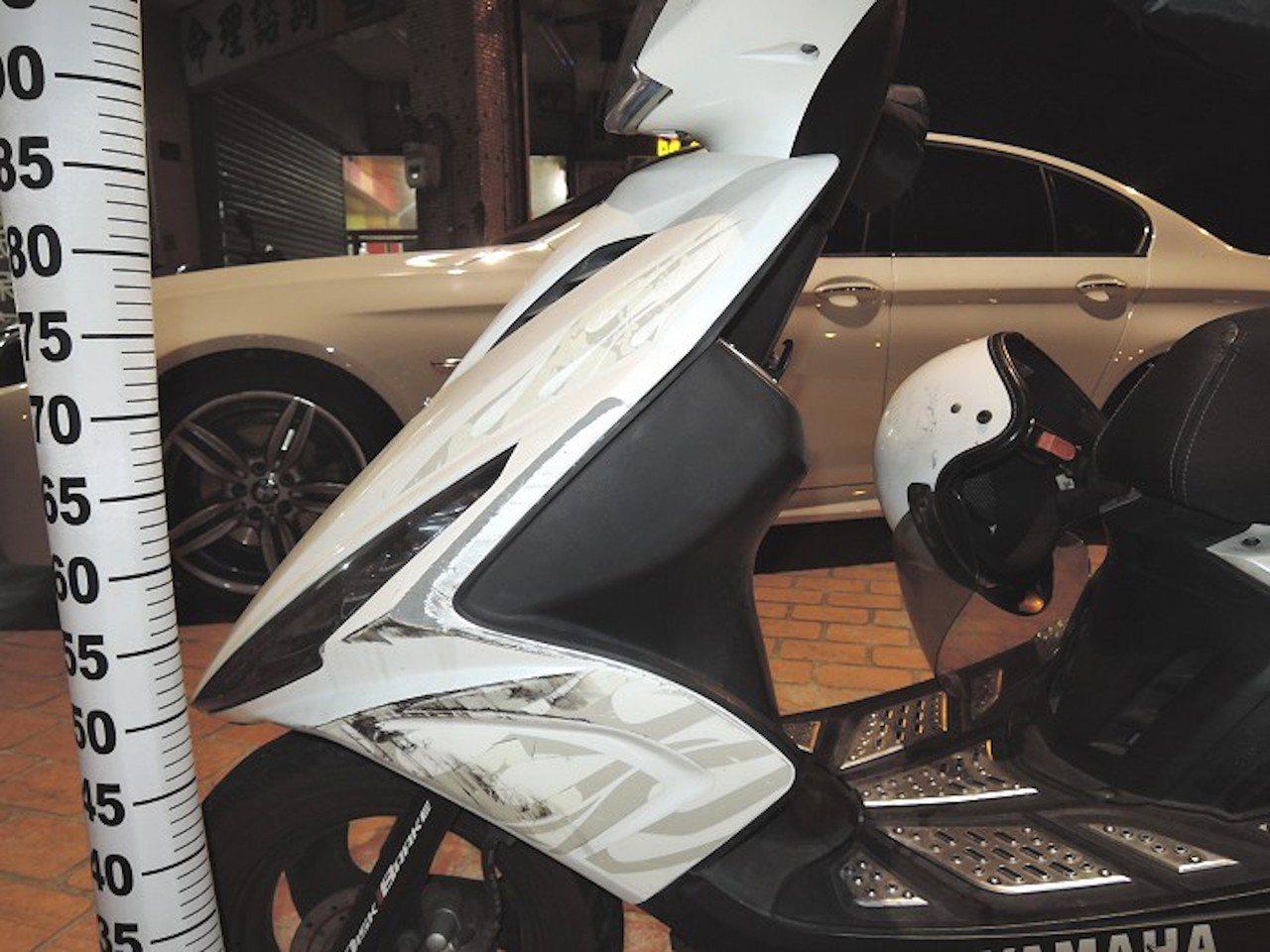 台中市楊姓老婦月初騎車遭擦撞後,駕駛肇事逃逸,楊婦機車車側毀損。記者陳宏睿/翻攝