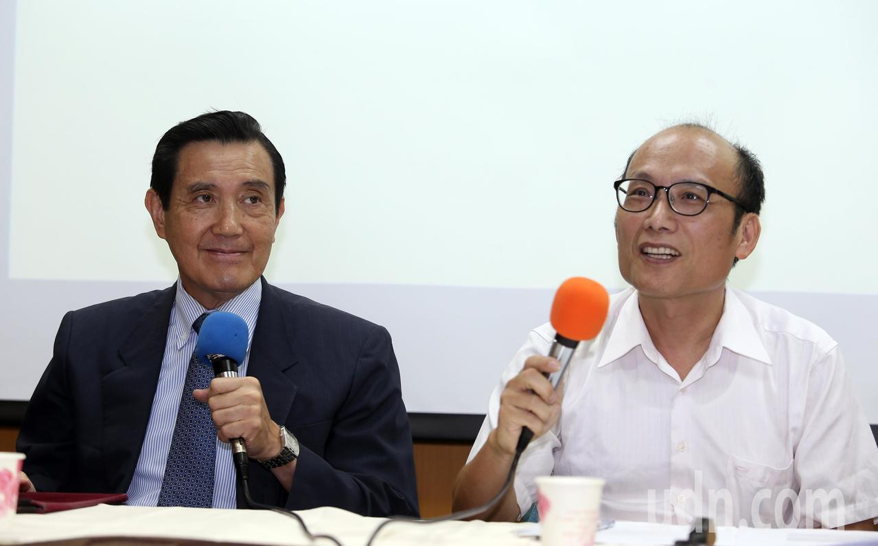 前總統馬英九(左)上午出席「歷史教育新三自運動」記者會,由台師大東亞系退休教授潘...