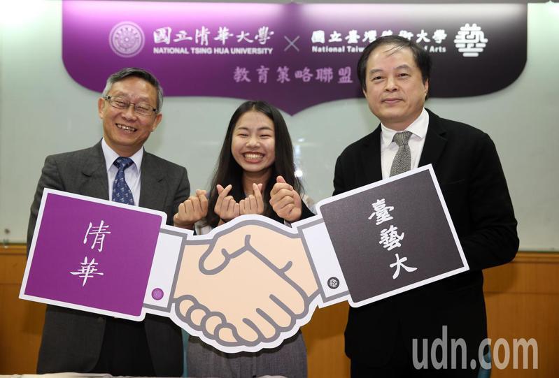 清華大學校長賀陳弘(左)上午和台藝大校長陳志誠(右)簽訂教育策略聯盟 ,兩校簽訂學生交流協議,每學期交換學生,可到對方學校跨領域學習。記者曾吉松/攝影