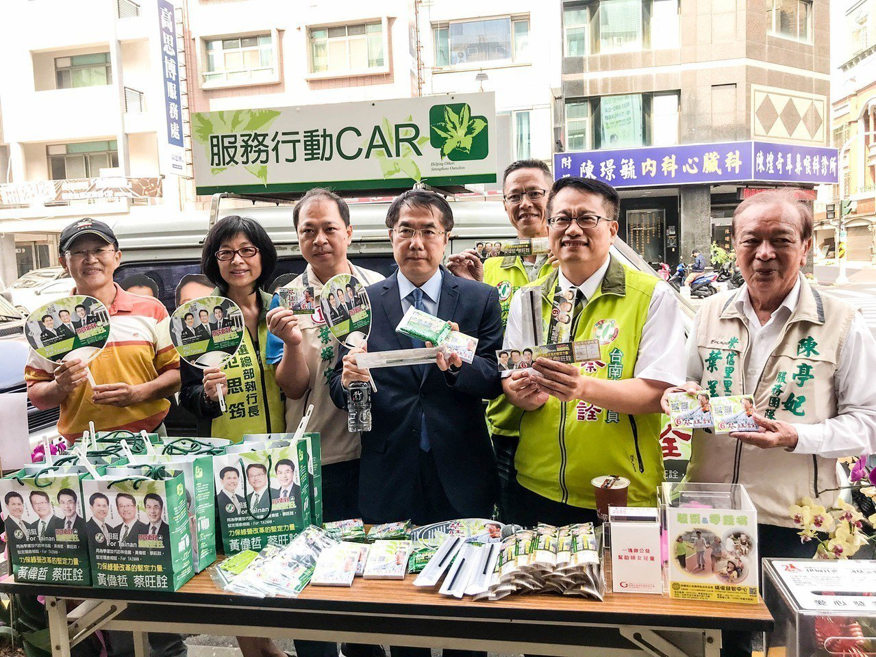 民進黨台南市議員蔡旺詮推出玉米可分解環保吸管文宣品。記者鄭維真/攝影
