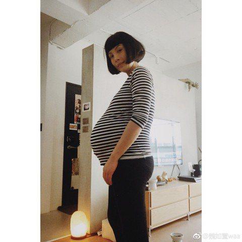 魏如萱在今年母親節宣布有孕,預產期將至,昨分享和掃地阿姨的日常對話,對方關心她是否快臨盆,並叮嚀懷孕後期都會水腫,她無奈回說:「是喔,好胖喔。」阿姨直言她和上周判若兩人,表示:「不是胖而已,是已經走...