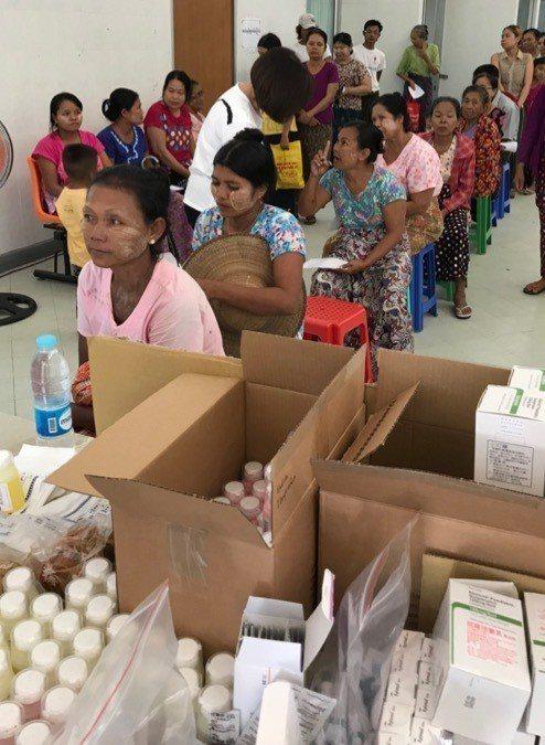 衛生福利部桃園醫院過去多次至緬甸農友種苗農民醫院協助義診,1天看診的人數高達將近...