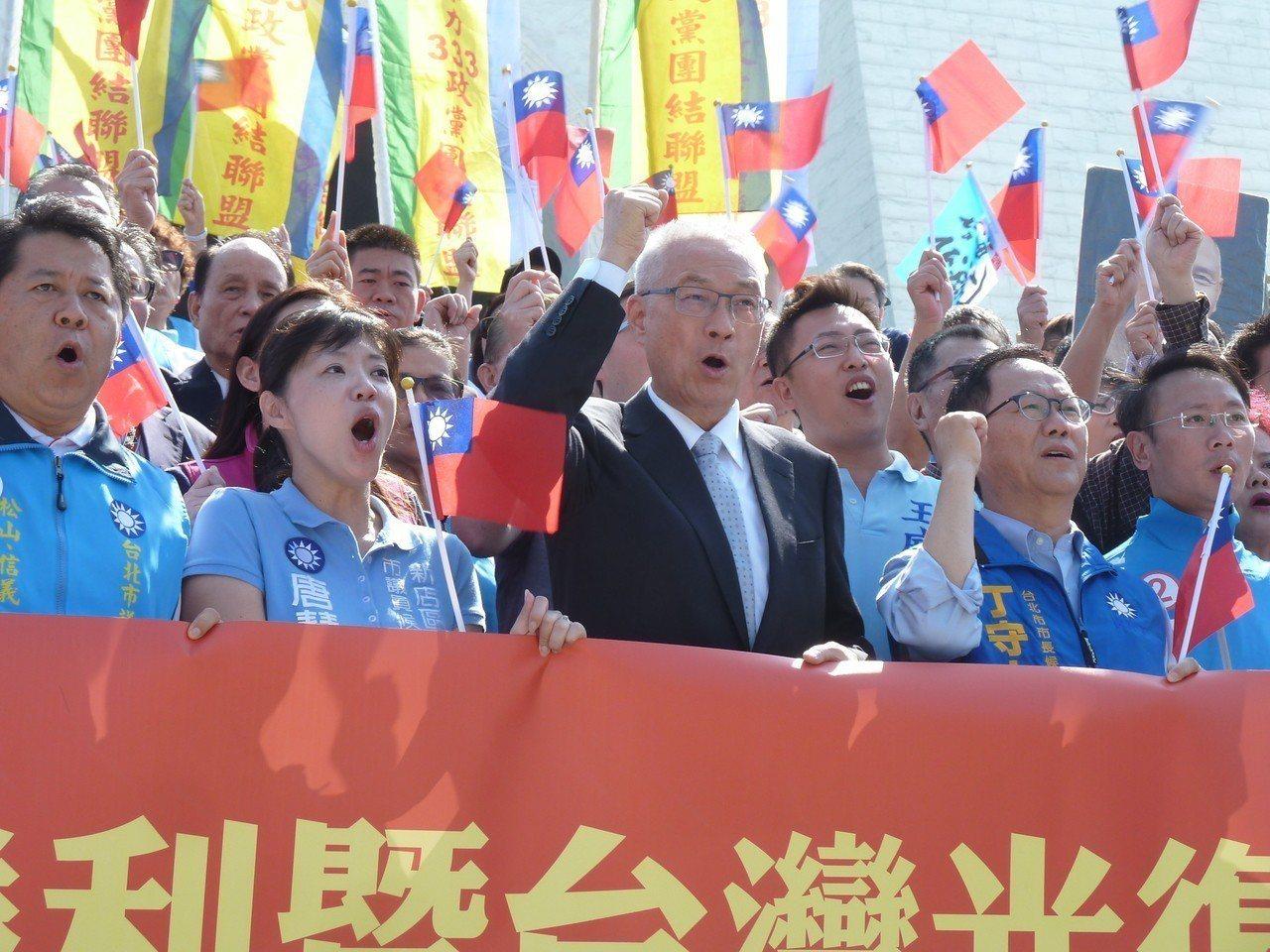今天是台灣光復73周年紀念日,國民黨上午由黨主席吳敦義率領黨務一級主管前往中正紀...