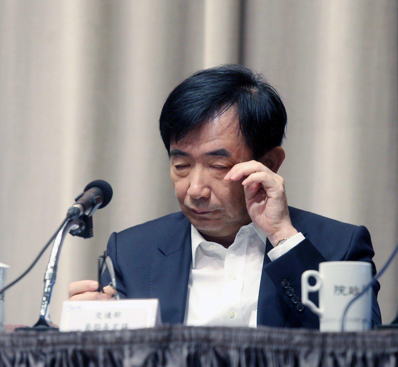 行政院今天舉行院會後記者會,交通部長吳宏謀出席報告台鐵事故的因應,經過連日的操煩...