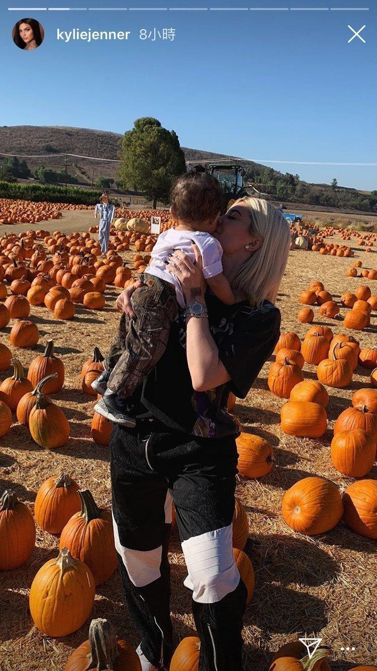 Kylie Jenner在IG上罕見地po出全家出遊照,抱著女兒Stormi的手...