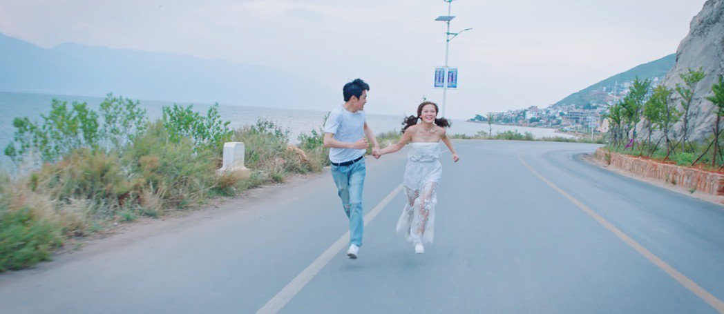 圓圓(右)和男主角在公路奔跑追逐。圖/喜歡音樂提供