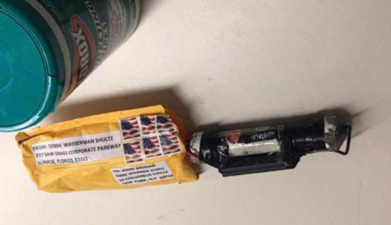 美國24日發生多名政要收到內有土製鋼管炸彈爆裂物的包裹事件,其中一個寄到CNN紐...