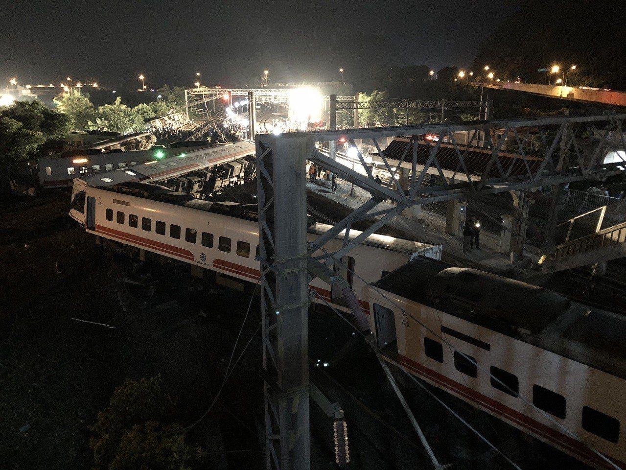 普悠瑪出軌翻車意外奪走18條人命,台鐵高層針對意外事故調查說詞卻一再反覆,尤其通...