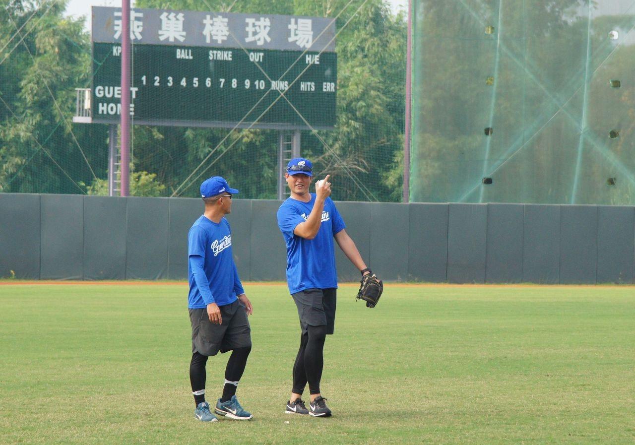 王建民(右)在燕巢棒球場當富邦悍將客席教練。記者林保光/攝影