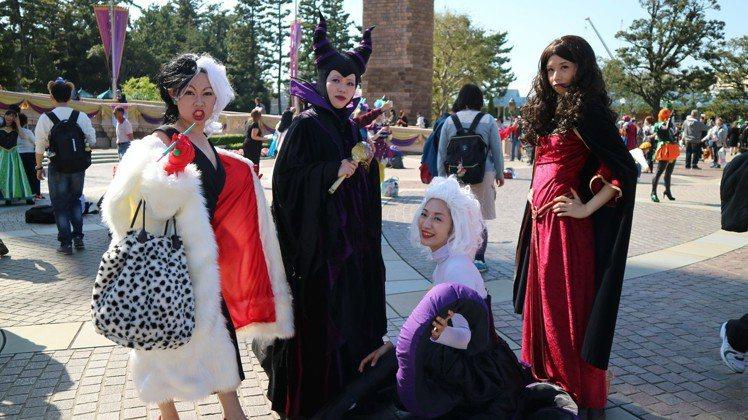 「迪士尼萬聖節」歡迎民眾變裝玩耍,不只年輕人熱愛,熟女也參加。不過比起公主,似乎...