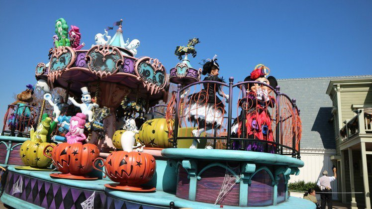 「迪士尼萬聖節」連花車遊行也重新設計,營造酷炫妖豔氣氛。圖/東京記者蔡佩芳攝影