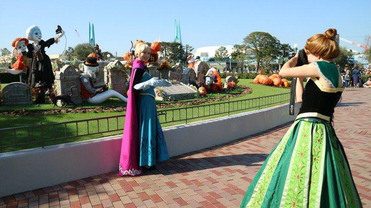 「迪士尼萬聖節」歡迎民眾變裝玩耍,園區內處處是公主。圖/東京記者蔡佩芳攝影