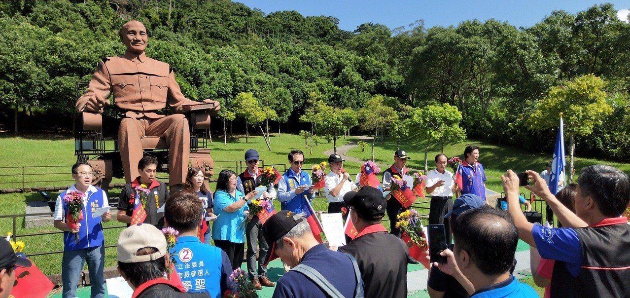 光復節活動在兩蔣文化園區舉行,圖中蔣公銅像原本在高雄文化中心,被破壞後送到桃園修...