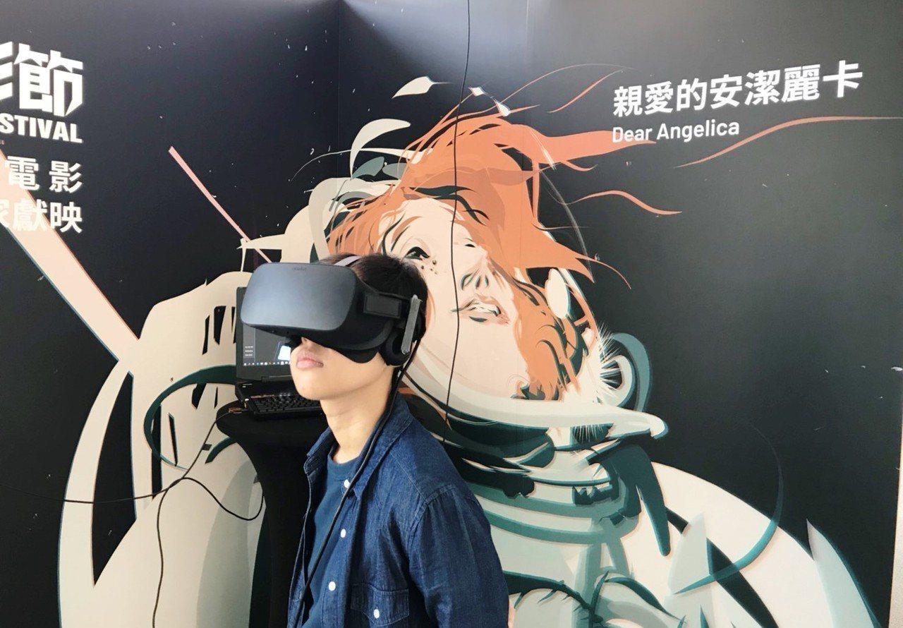 高雄市總圖三樓VR展區的「Stand up VR 站立式VR」,可以跟著影迷前後...