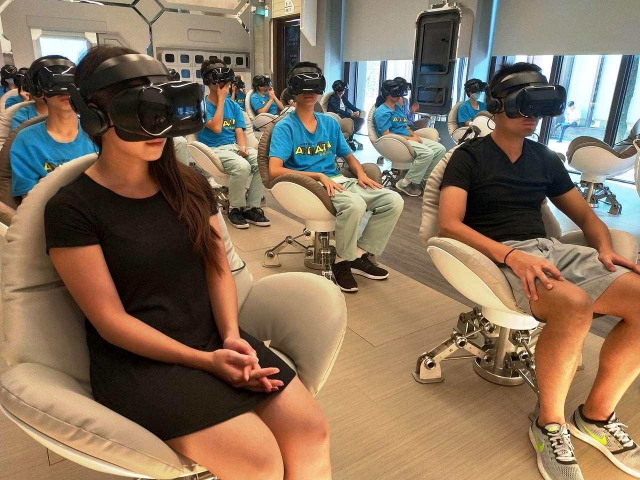 觀眾坐在「VR體感劇院」360影廳的專屬蛋椅,體驗「天啊!海底有鯊魚」。圖/高雄...
