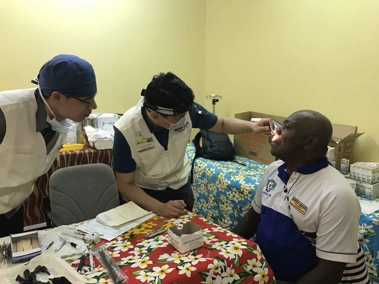 國泰醫療團團長耳鼻喉科黃子晉醫師為斐濟病人看診情形。圖/國泰醫院提供