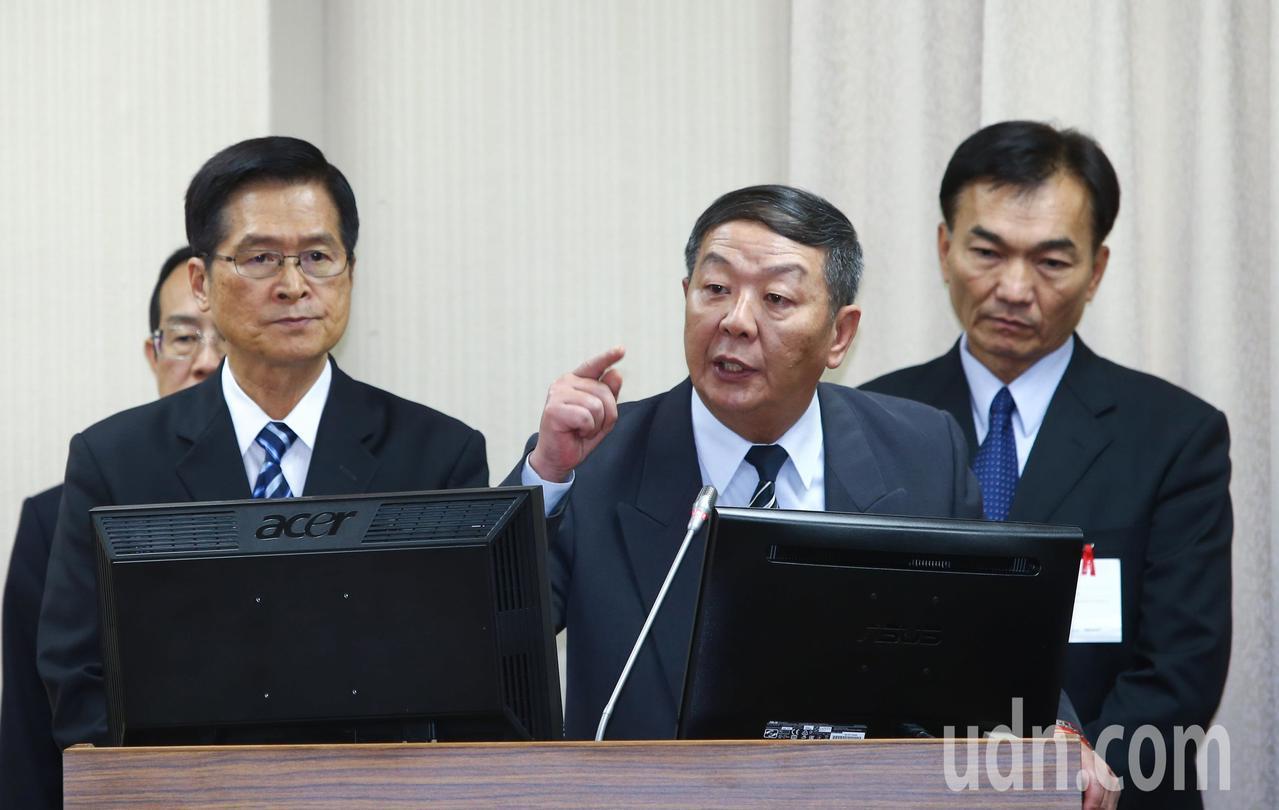 立法院外交及國防委員會上午針對潛艦國造召開秘密會議,國防部長嚴德發(左)和海軍司...