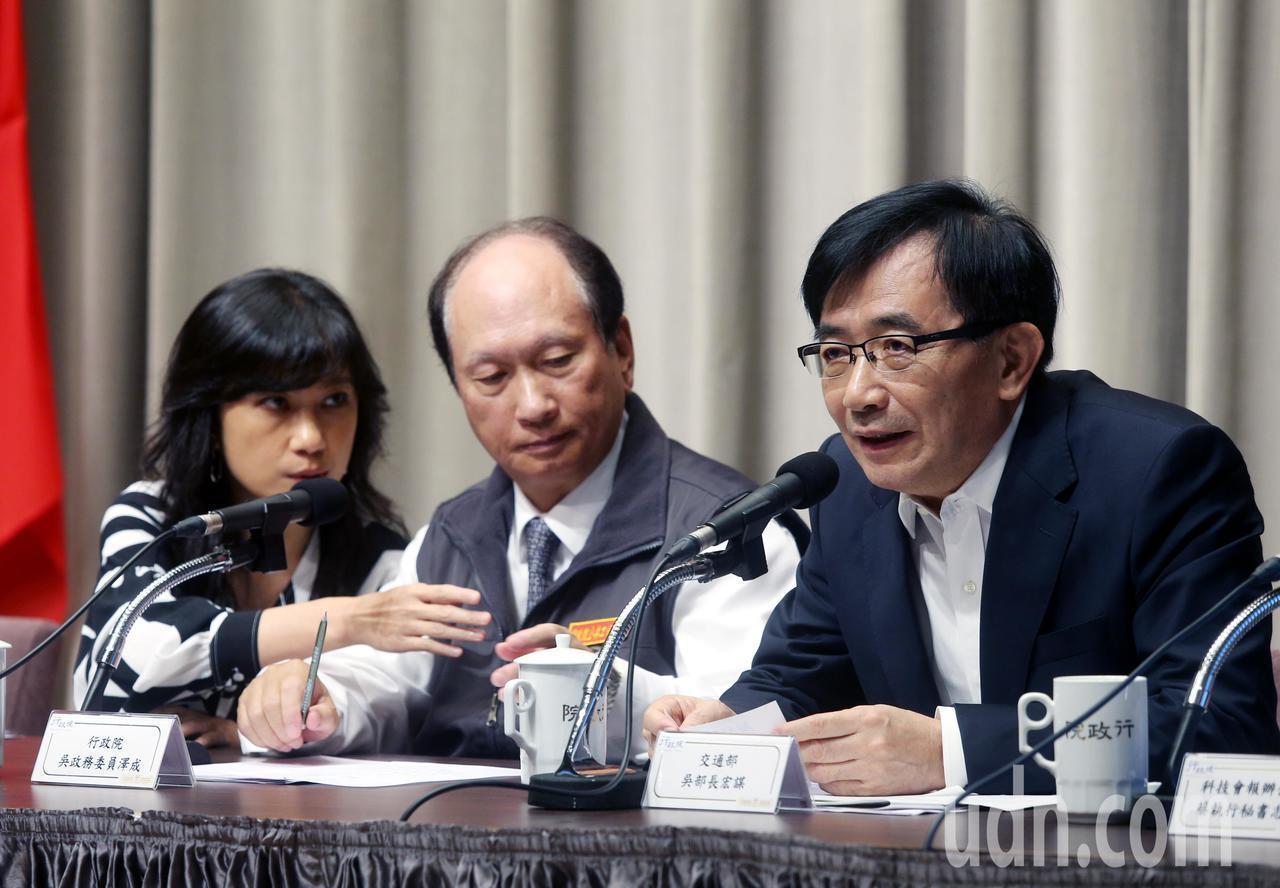 行政院今天舉行院會後記者會,交通部長吳宏謀(右)被問到是否請辭,一旁的行政院發言...