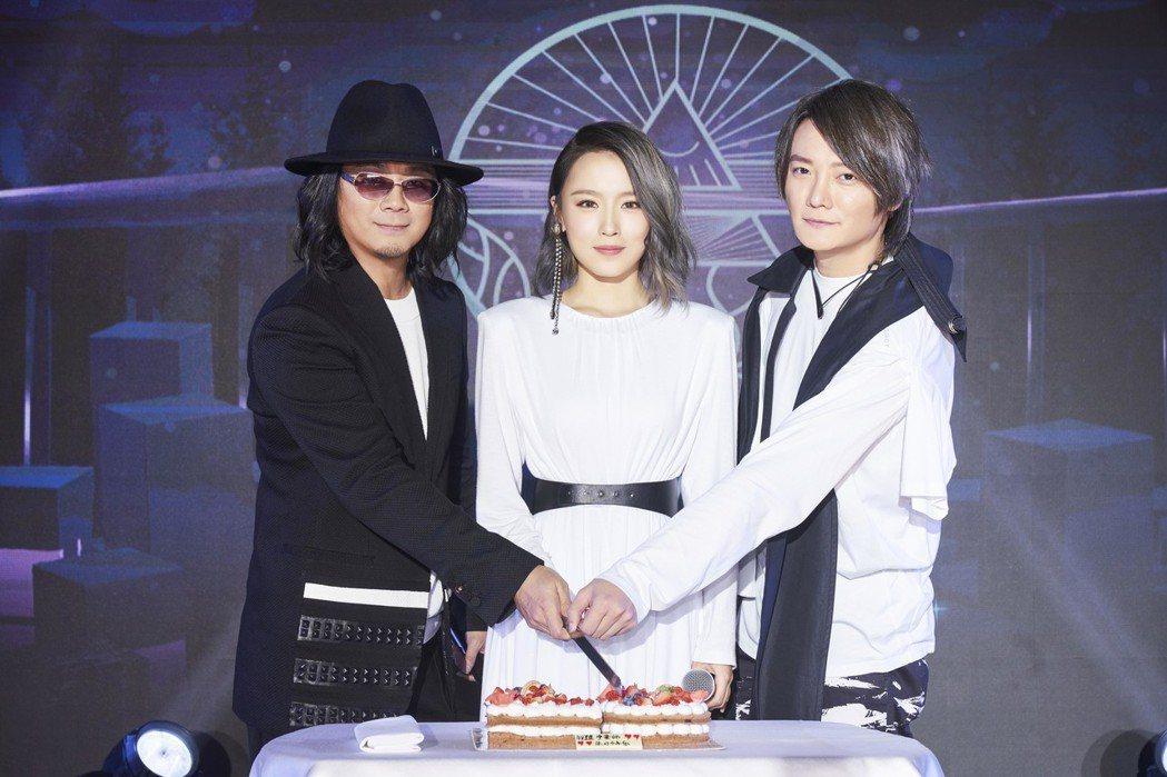 F.I.R. 25日在北京舉辦記者會,宣布新主唱是22歲新人韓睿(中)。圖/華研