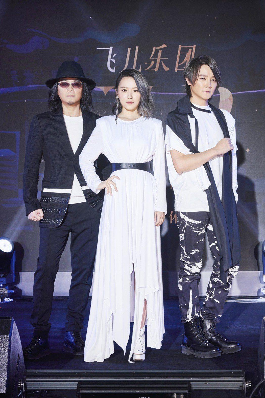 F.I.R. 25日在北京舉辦記者會,宣布新主唱是22歲新人韓睿(中)。圖/華研...