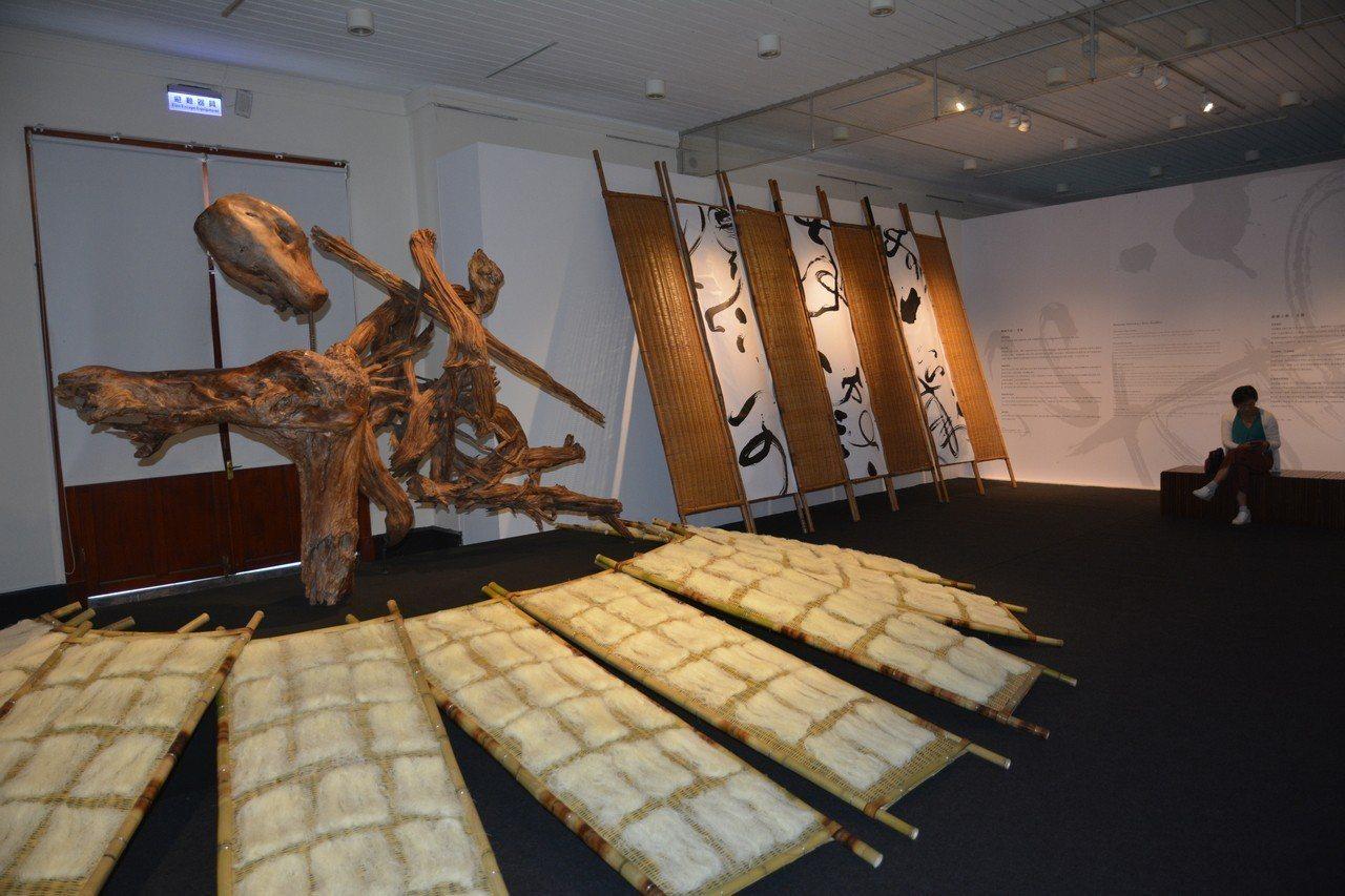 新竹美術館二樓展區「誠─移動中的雕塑」,以新竹米粉寮吹曬炊粉的意象為大型空間裝置...