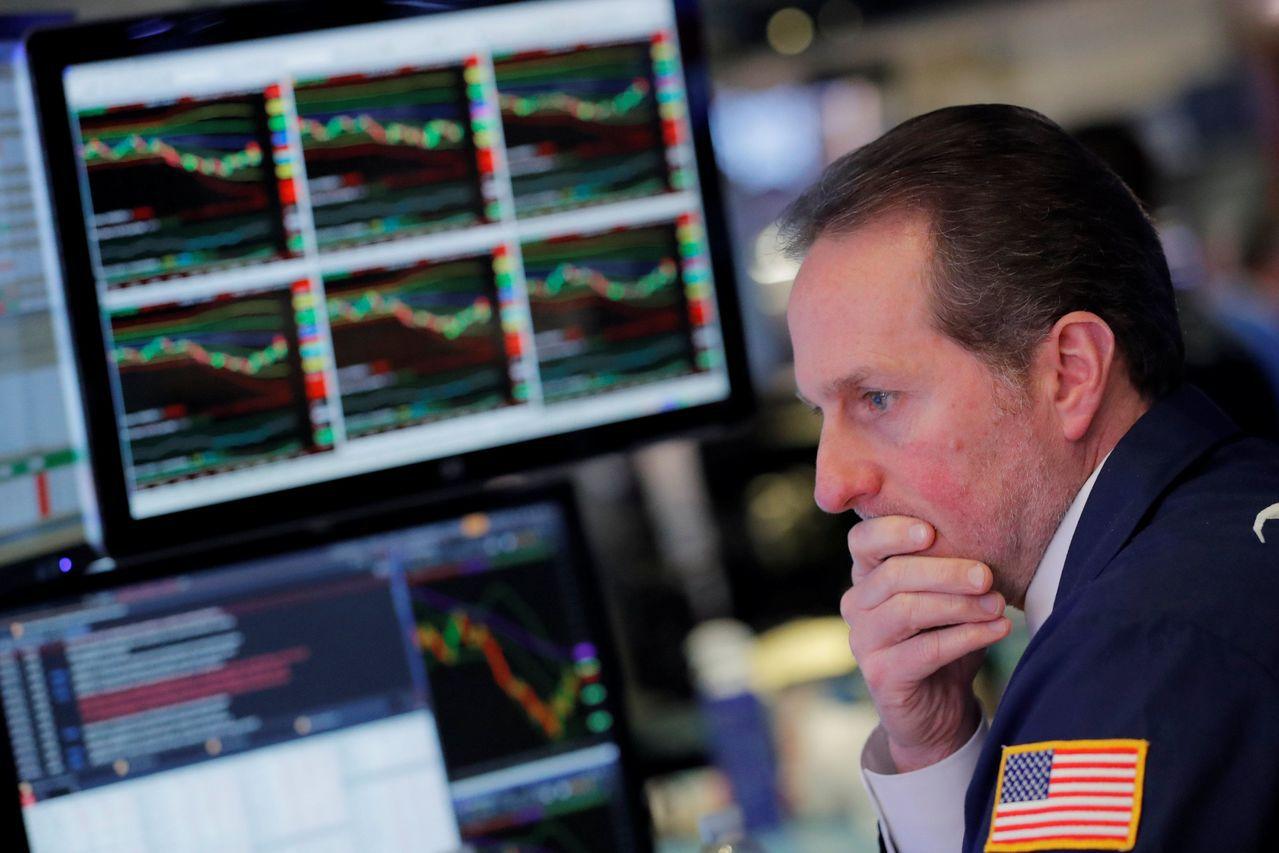 美股24日跌勢加劇,使道瓊指數和標普500指數今年來表現由紅翻黑。(圖/路透)