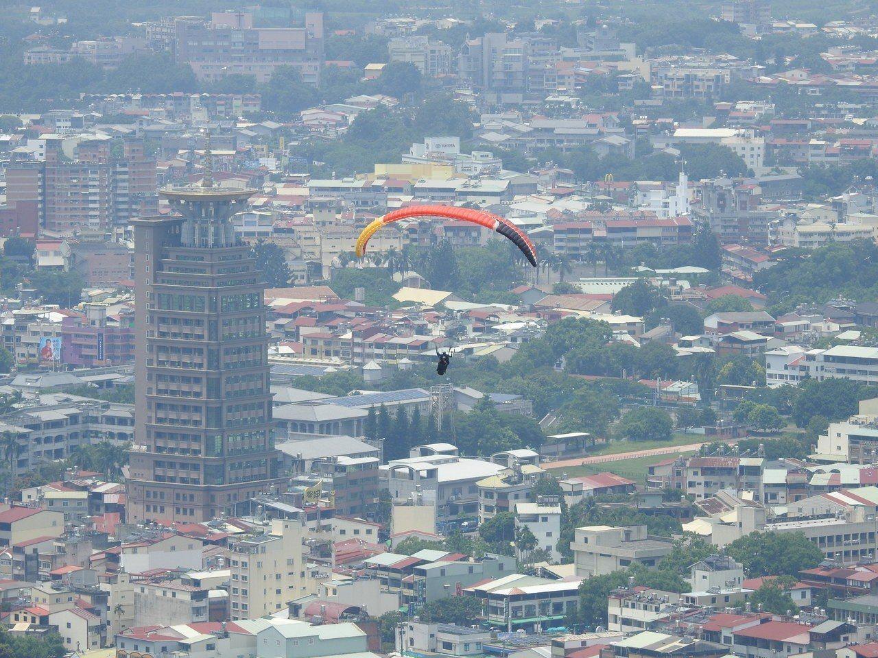 南投縣埔里鎮虎頭山擁最佳地理和氣候條件,非常適合發展飛行傘遊憩,甚至訓練場域。圖...