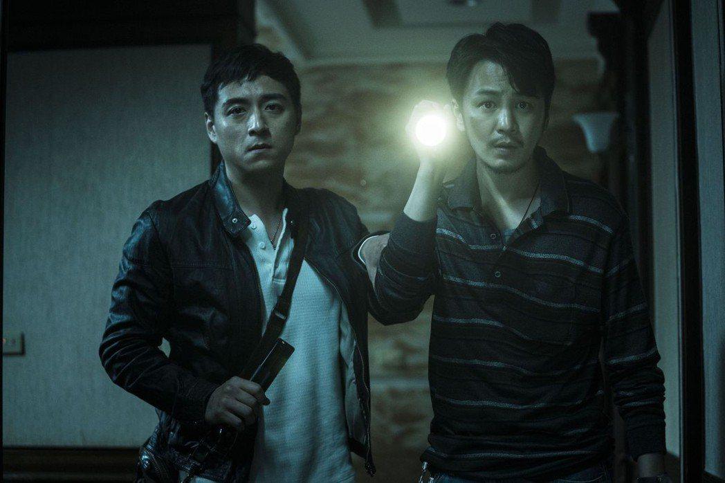 鄭人碩與張書偉在真正的凶宅拍「人面魚 紅衣小女孩外傳」。圖/威視提供