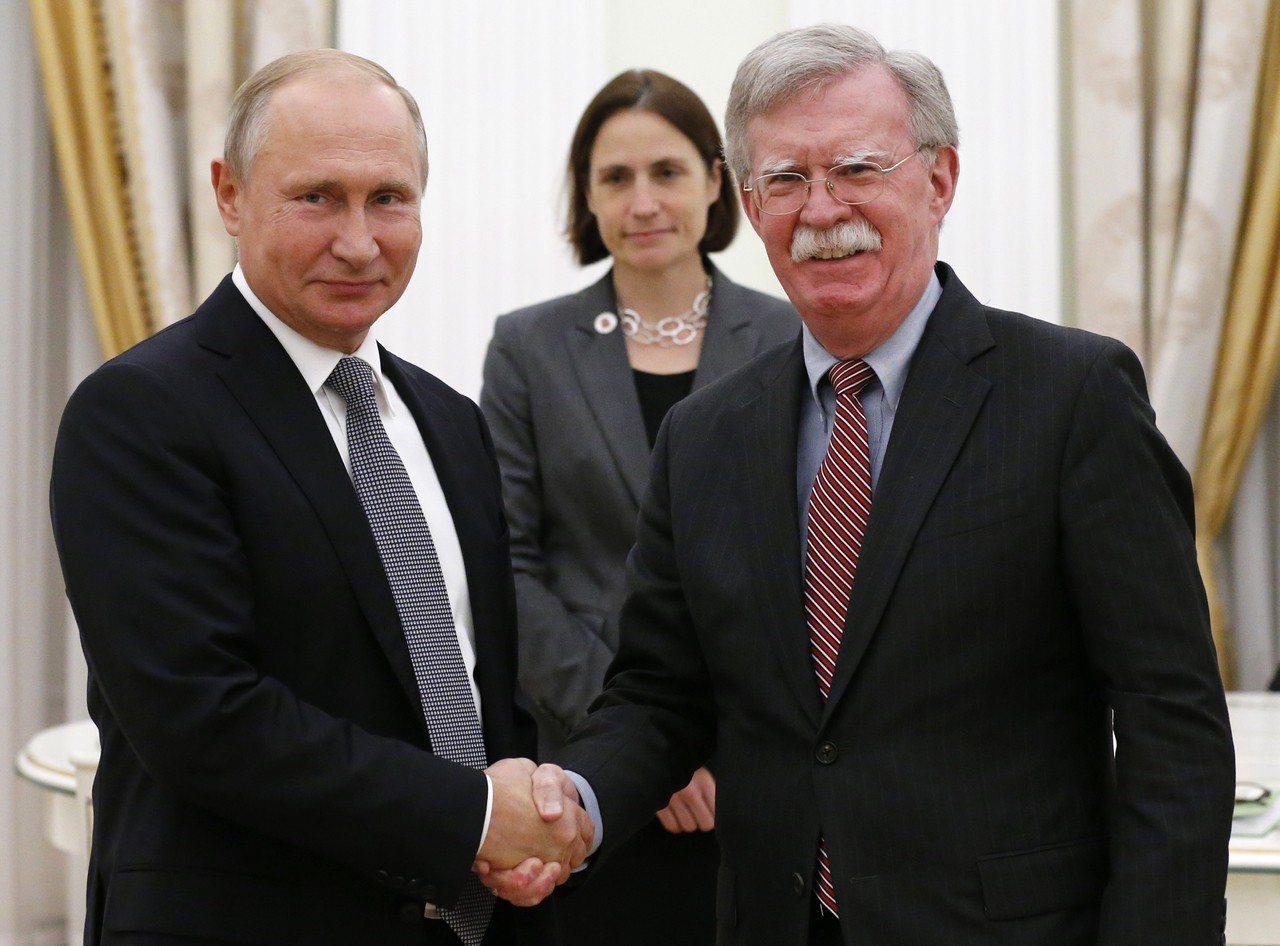 俄羅斯總統普亭23日會晤美國國安顧問波頓,拿美國國徽來嘲諷川普退出「中程飛彈協定...