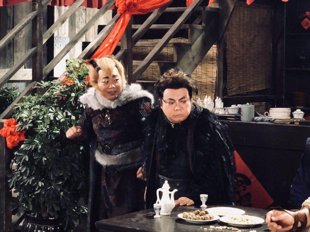 董至成(右)在「八仙之狂龍癲鳳」裡演群妖之首,鷹妖。圖/董至成提供