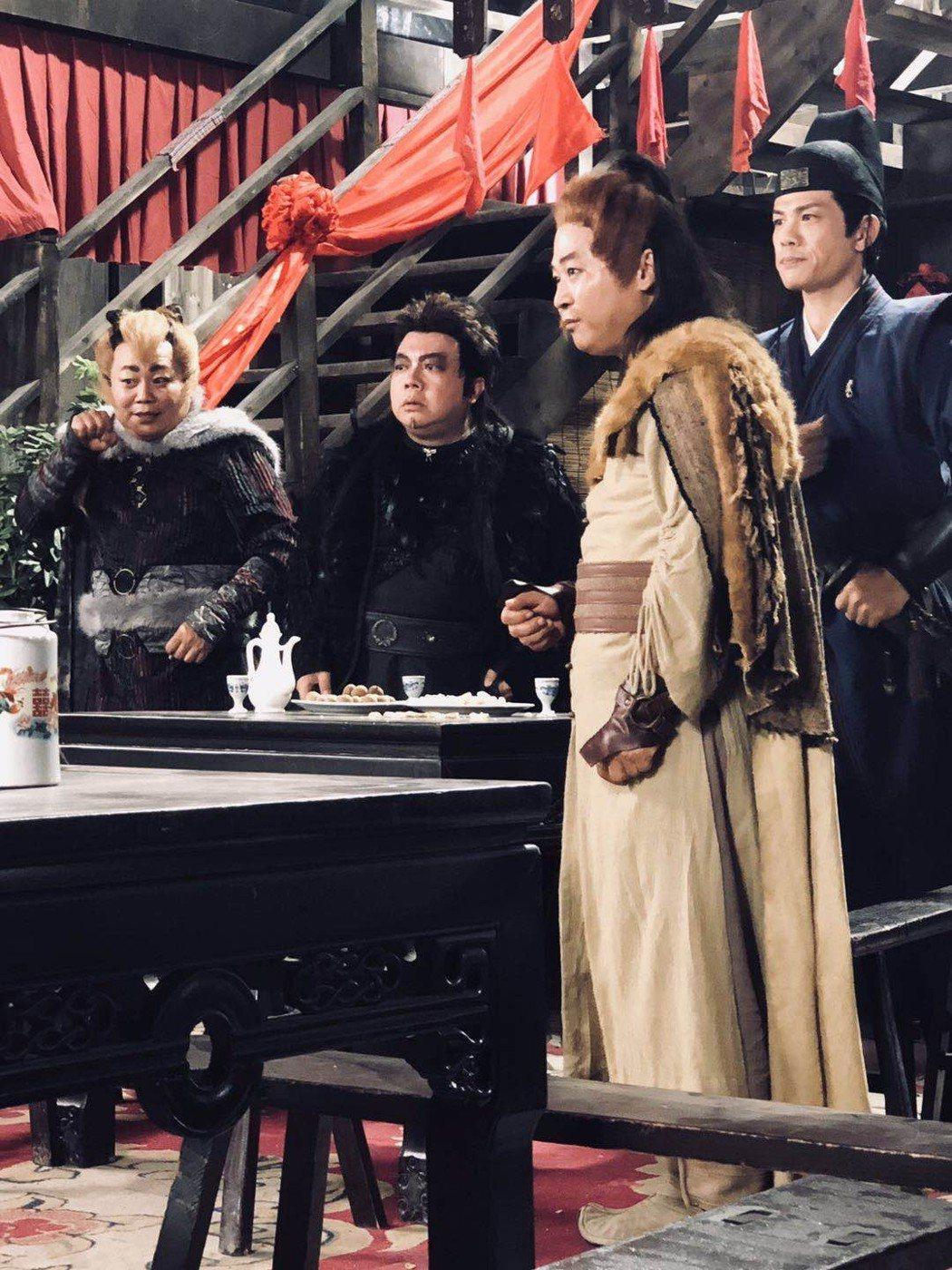董至成(左二)在「八仙之狂龍癲鳳」裡演群妖之首,鷹妖。圖/董至成提供