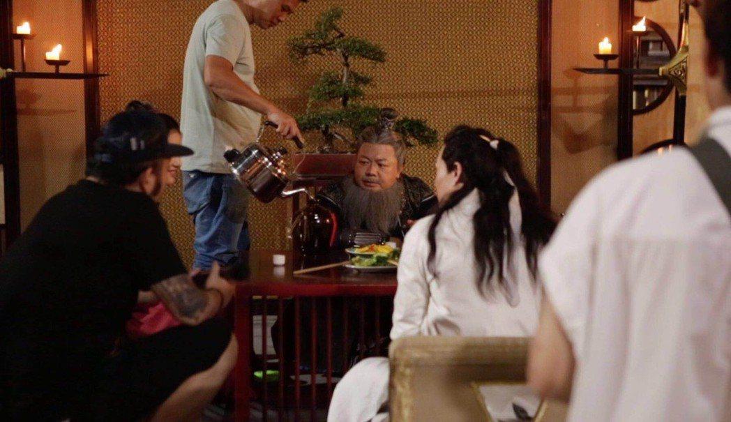 董至成(中)在古裝劇中扮程咬金,讚對岸拍戲的仔細程度和台灣不同。圖/董至成提供