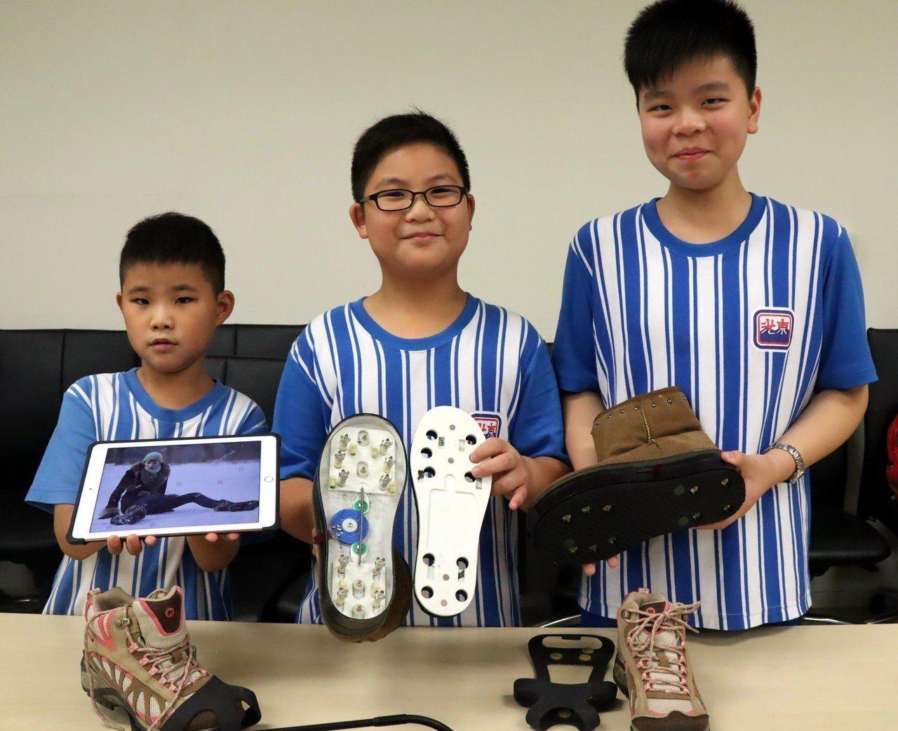 東光國小學童江庭安、陳盈泰、陳盈慎(右至左)研發神奇釘鞋,今年奪得在印度舉行的2...
