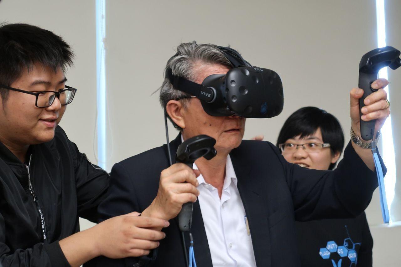 高雄市教育局長王進焱體驗由長榮大學設計,結合地震逃生與救災的VR虛擬實境。記者徐...