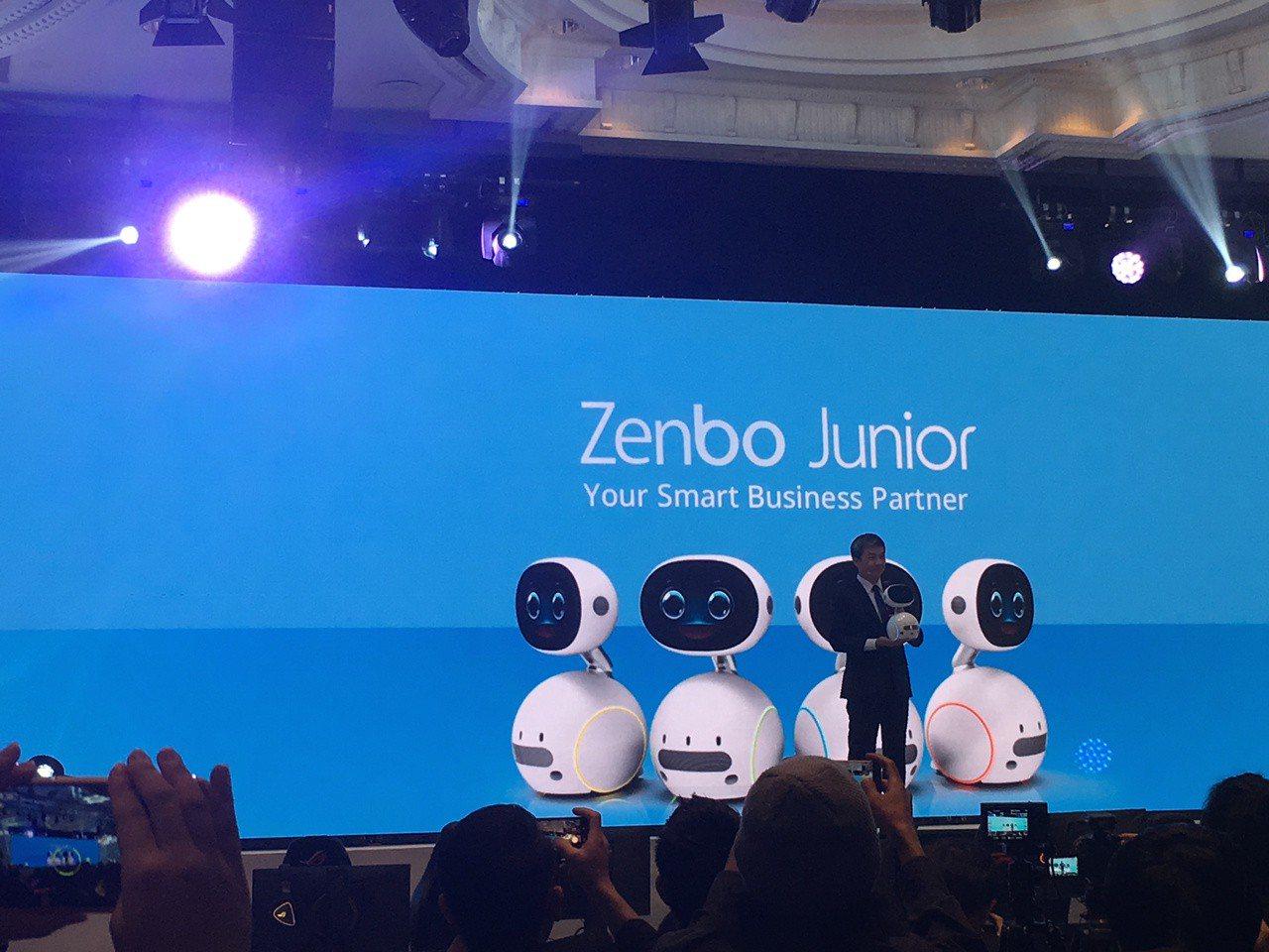 華碩全球副總裁許祐嘉,今日也首度發表的商用機器人「Zenbo Junior」。謝...