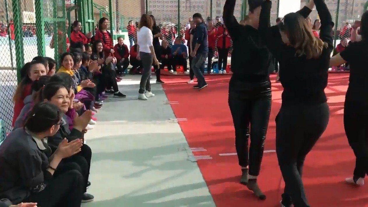 《環時》總編胡錫進上傳他在新疆再教育營的拍帶,試圖呈現營中歌舞昇平的景象。影片中...
