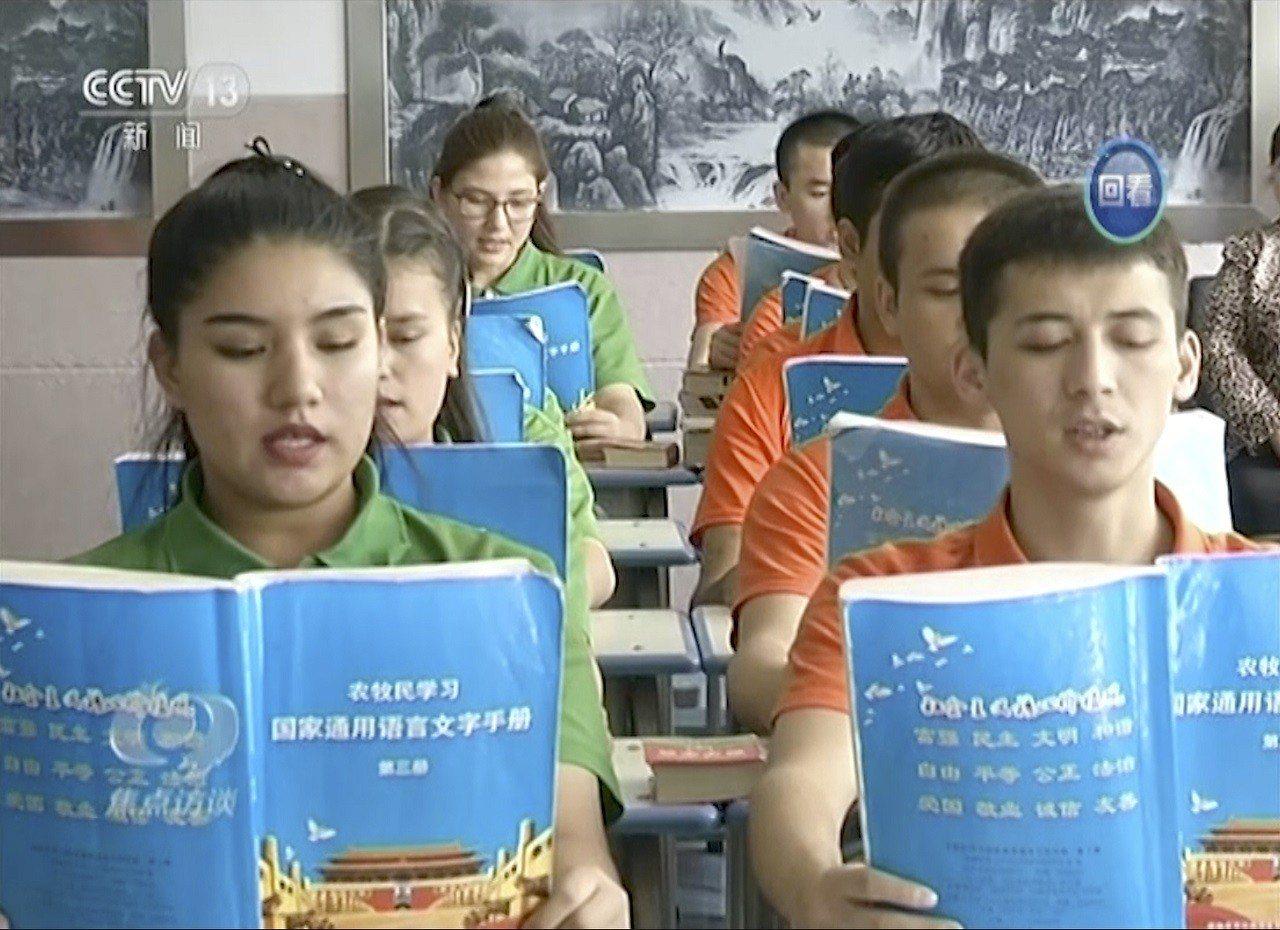 中國中央電視台(CCTV)16日播出介紹新疆和田市「職業技能教育培訓中心」的專題...