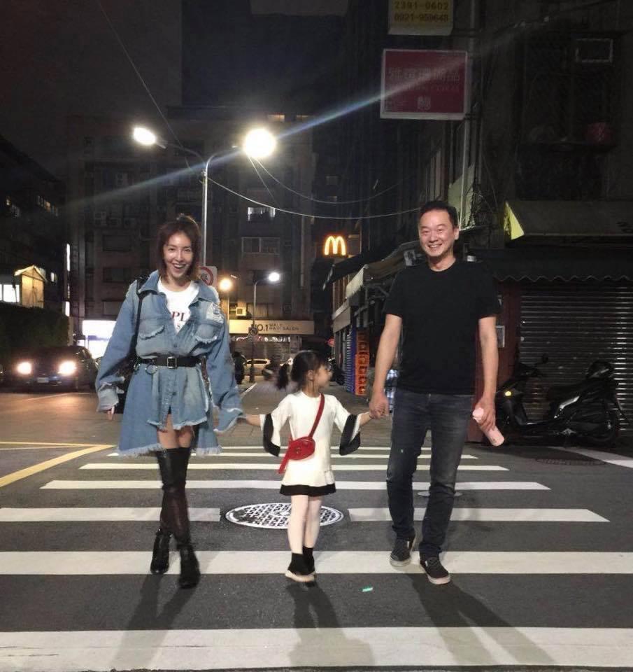 楊謹華(左)透露男友也很喜歡小孩。圖/摘自臉書