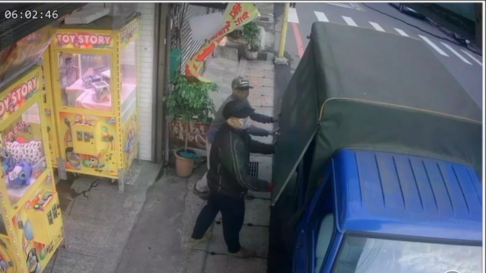 林嫌與另名嫌犯24日在國慶街夾娃娃機店作案,2人協力搬運兌幣機上贓車。記者巫鴻瑋...