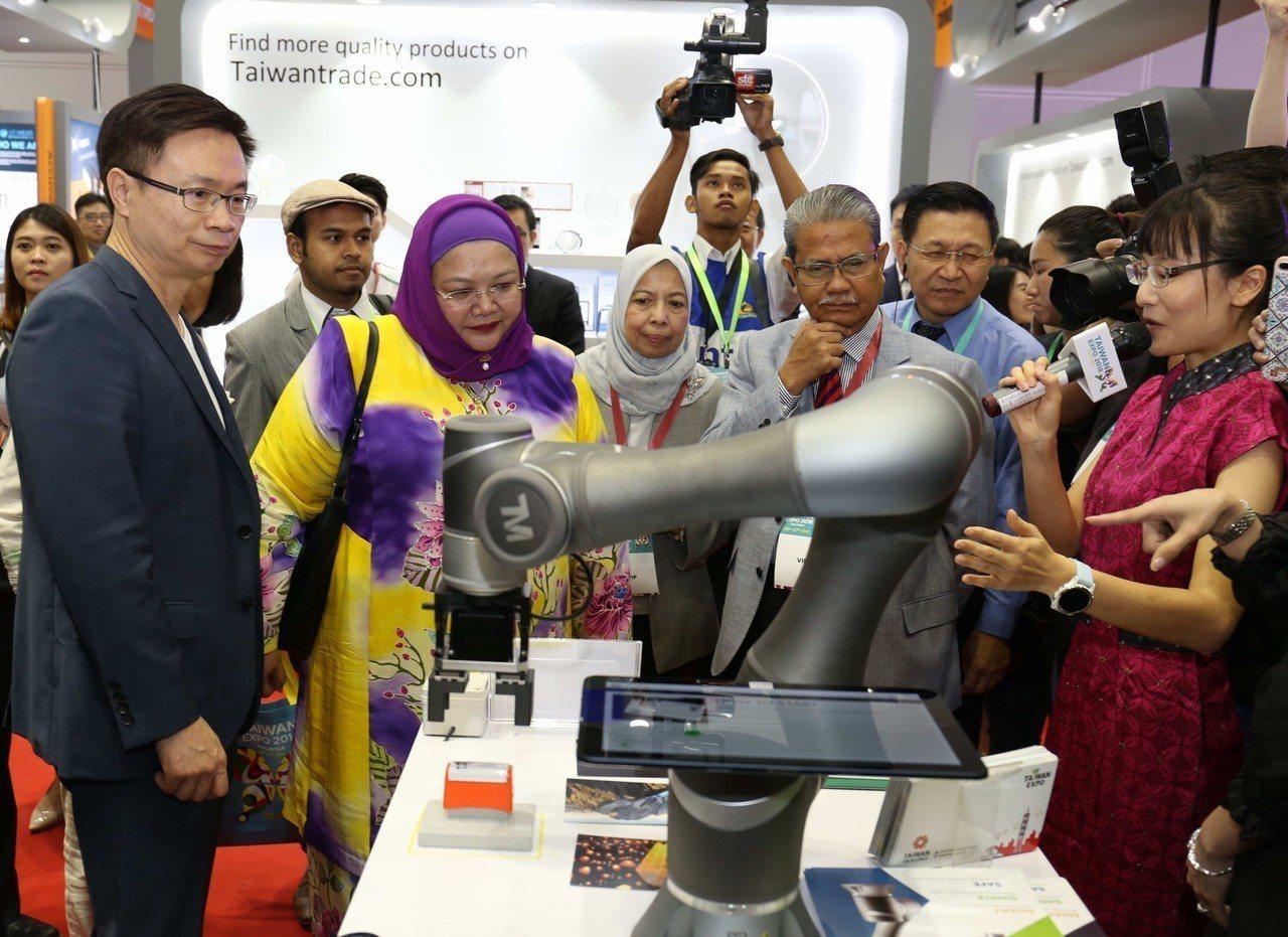 貿協董事長黃志芳(左一)馬來西亞貿工部總司長Datuk Bahria bin T...